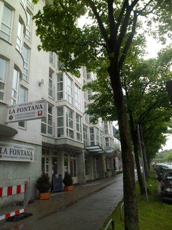 Leonardo Hotel Muenchen City West: Fachada do hotel, com destaque para o ótimo restaurante italiano