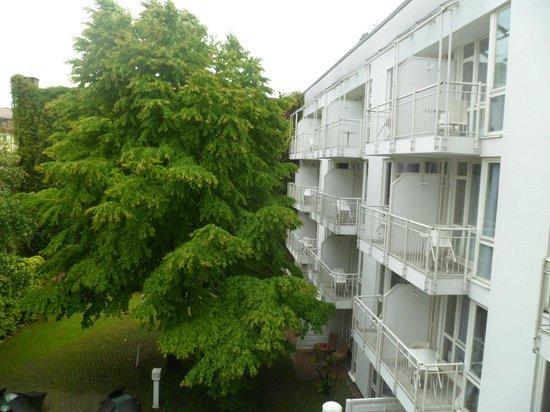 Leonardo Hotel Muenchen City West: Vista da varanda do quarto para o jardim interno