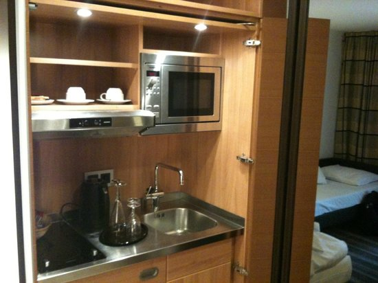 Leonardo Hotel München City West: Cozinha interna no apartamento, fica oculta em porta de armário