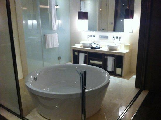 Jumeirah Himalayas Hotel Shanghai: Vasca a vista