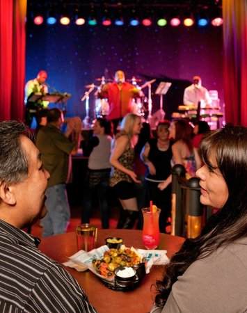 Plateau at Wildhorse Resort: The Sports Bar has great food, live music and 18 big screen tv's for your favorite games!