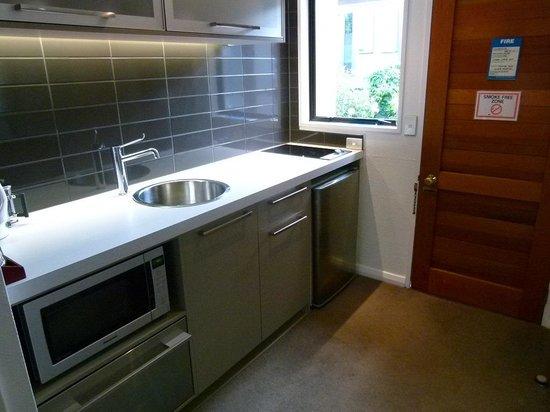 Garden Court Suites & Apartments : kitchen
