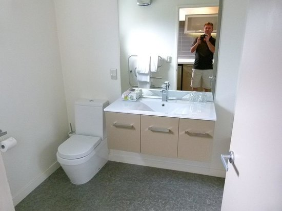 Garden Court Suites & Apartments: bathroom
