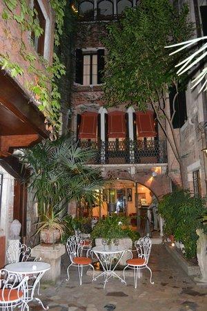 Hotel Flora : giardino interno