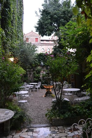 Hotel Flora: giardino interno