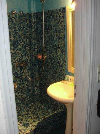 Tzekos Villas: Baño muy pequeño y ni parecido al de las fotos que publican