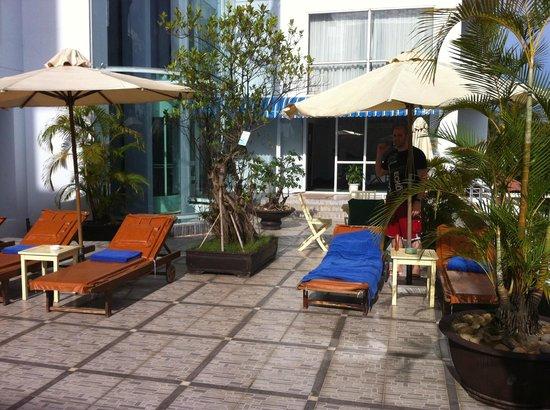 Mondial Hotel Hue: Zona de tumbonas en piscina