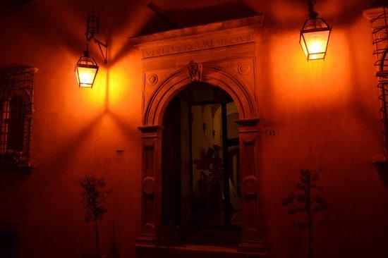 Palazzo Dragoni: esterno notte