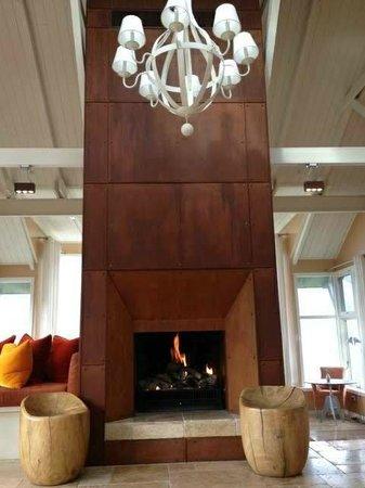 Matakauri Lodge: Fireplace in Lobby Area