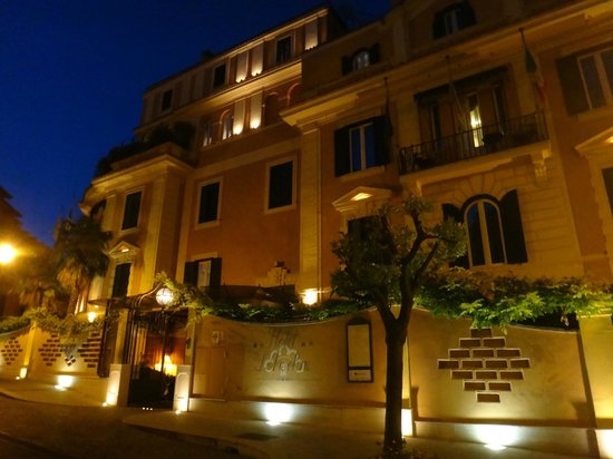 Hotel San Anselmo: The front of the hotel at night