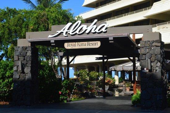 Royal Kona Resort: Entrance - and towards restaurant/bar/shops.