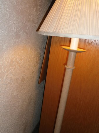Arizona Riverpark Inn: Broken lamp