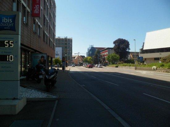 Ibis Budget Ulm City: Rua em frente ao hotel