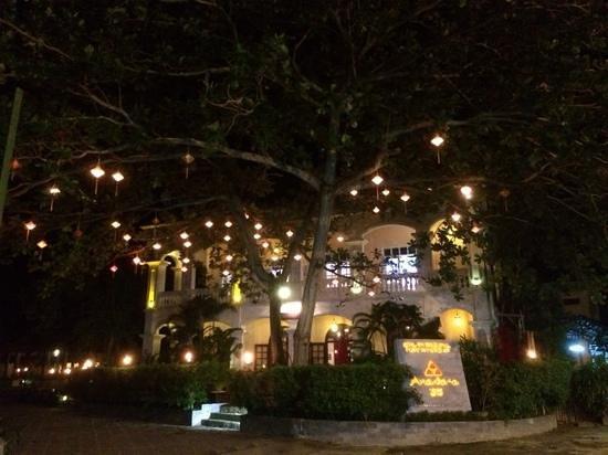 Anantara Hoi An Resort: L'hôtel depuis la rue le soir