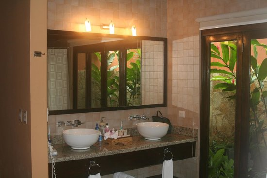 Rio Celeste Hideaway Hotel : Great full bathroom with an outdoor shower.