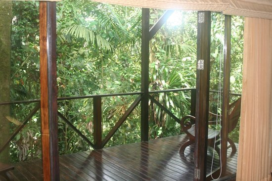 Rio Celeste Hideaway Hotel : The deck is almost in the rain forest !