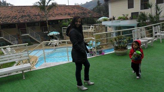 Hotel Dominguez Plaza : Vista para piscina. belo angulo para as fotos eu e meu pequeno principe