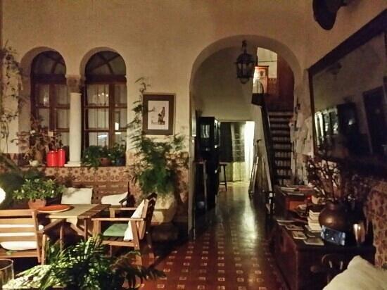Hostel El Antiguo Convento: lobby at night