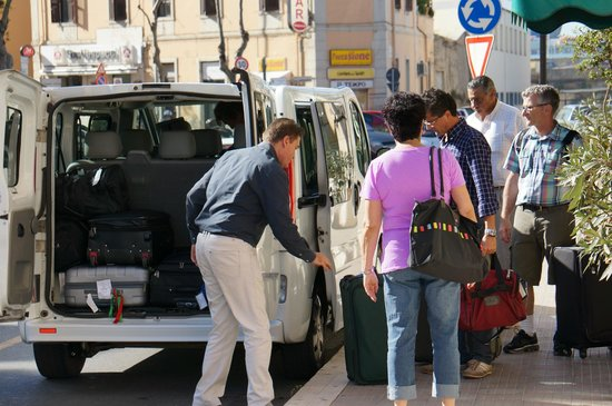 Hotel Traghetto : Manager Giuseppe (blue shirt w/red bag) helping clients depart for the ship.