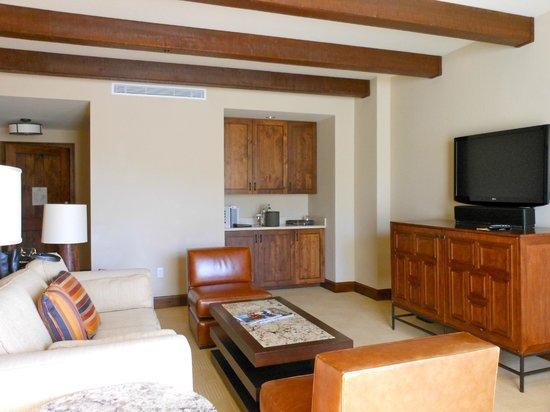 The Ritz-Carlton, Dove Mountain: Living area of suite