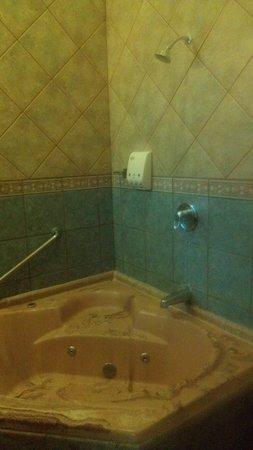 Hotel Montaña de Fuego Resort & Spa: Bathtub at Montana de Fuego (with occassional hot water)