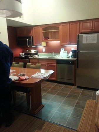 Residence Inn Harrisburg Hershey: kitchen
