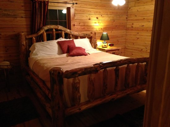 Valley View Cabins: Master Bed
