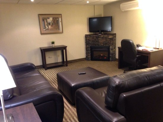 Victoria Inn: Nice sitting area to relax in. 5th floor room.