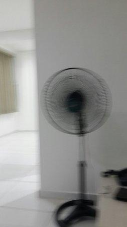 Imperial Hotel: Porcaria de hotel quarto sem é me ofereceram um ventilador! A reserva foi feita 10 dias antes e