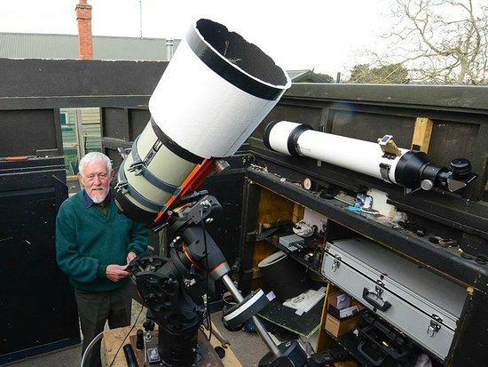 Geraldine Observatory : Peter with 11 inch telescope in roll off observatory