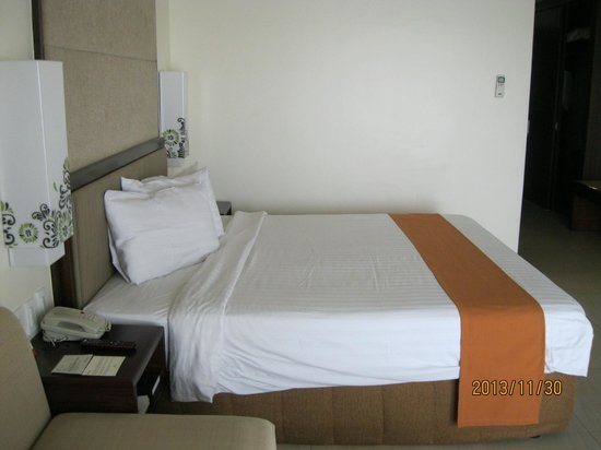 Taal Vista Hotel: Queen sized bed