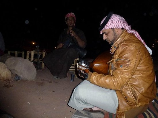 The Rock Camp - Petra : Music around the fire.