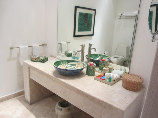 Casareyna Hotel: Spacious, modern bathroom