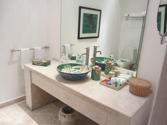 Casareyna Hotel: Spacious, modern bathroom