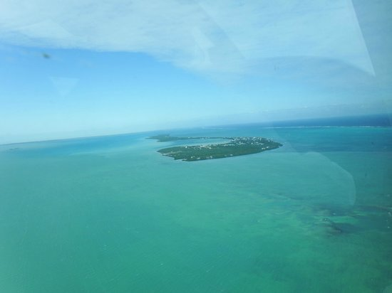 White Sands Cove Resort: Flying in from Caulker Caye