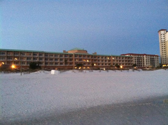 Hampton Inn Pensacola Beach: On the beach looking back to the Inn