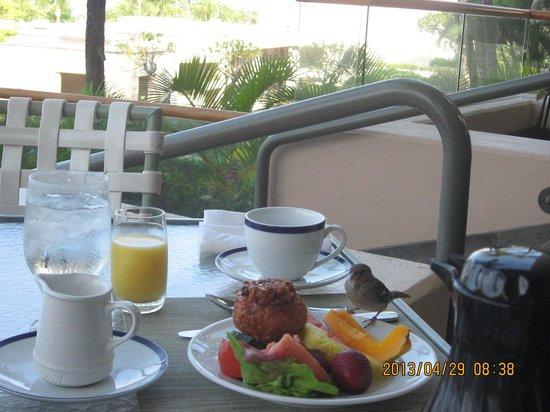 Hapuna Beach Prince Hotel: 小鳥さんと朝食