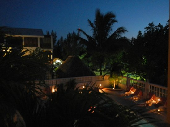 Iguana Reef Inn: Pool at night