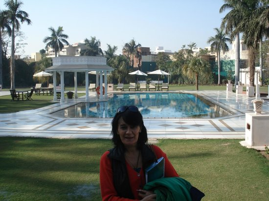 The Gateway Hotel, Agra: BELLA PISCINA Y JARDINES