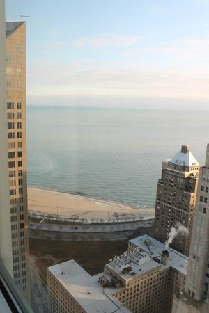 Four Seasons Hotel Chicago: View from our room on the 37th Floor towards Lake Michigan