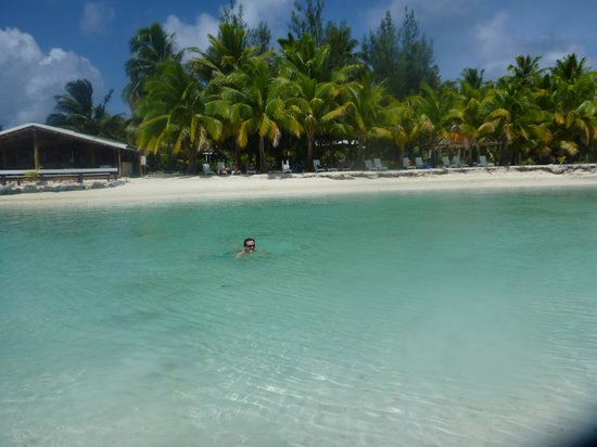 Aitutaki Village: enjoyng a dip in the lagoon at front of Samade