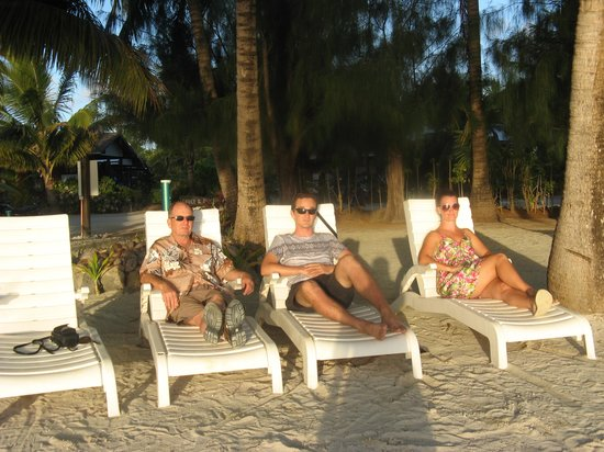 Aitutaki Village: chillin on the Samade sun lounges