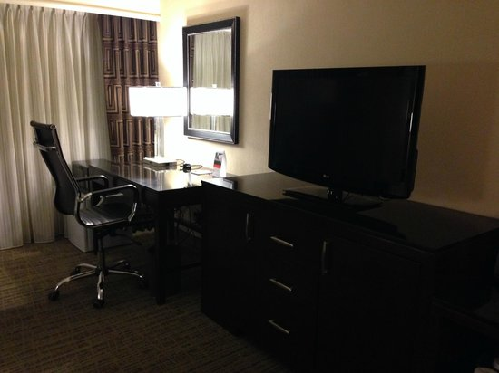 Crowne Plaza St Louis Airport: TV & Desk Area - Executive King Room