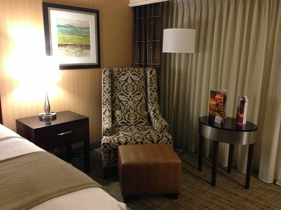 Crowne Plaza St Louis Airport: Seating Area - Executive King Room