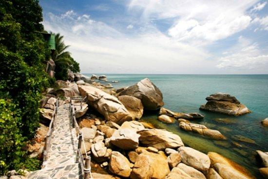 Mai Pen Rai Bungalows : rocks pathway