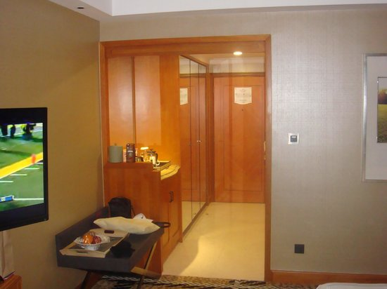 Crowne Plaza Hotel Lake Malaren : Entry of rm 6044 with bath on the left and closet on the right