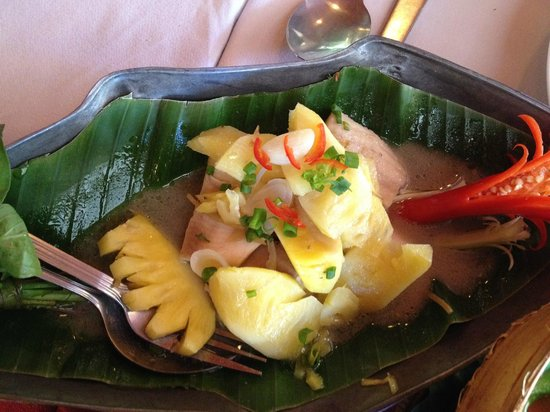 Bopha Angkor Restaurant: Braised lake fish with palm sugar and pineapple