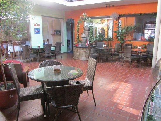 Kiwi's Café restaurant: patio interior