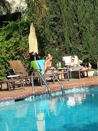 Hollywood Hotel: friends in pool