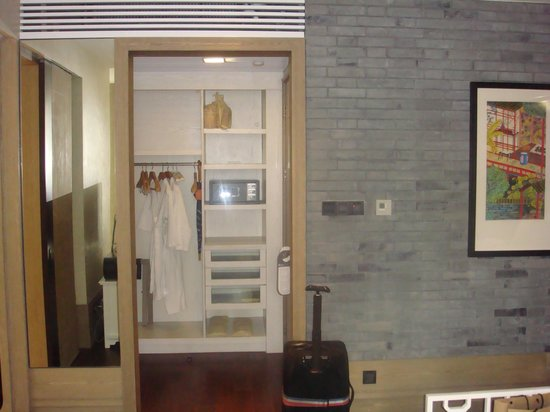 Hotel Indigo Shanghai on the Bund: Entry and closet area of room 2503